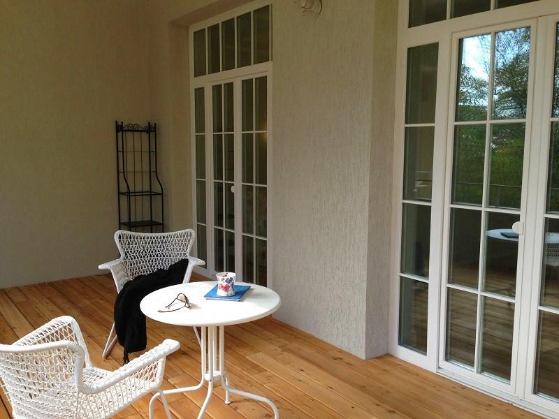 Стол со стулом на балконе