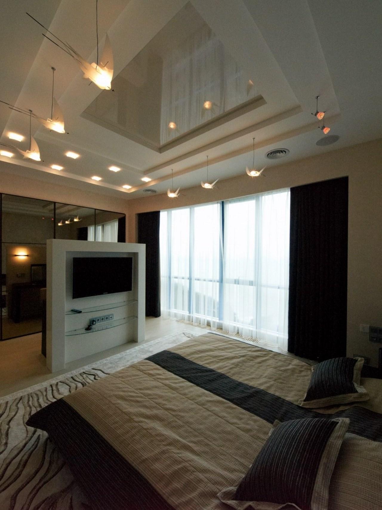 Спальня с большим зеркальным шкафом