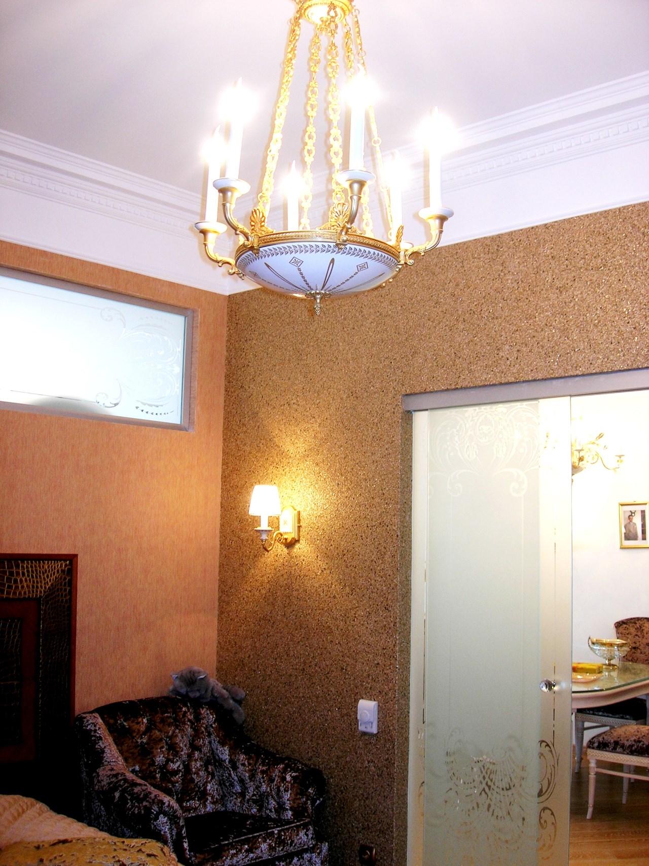 Комната с высокими красивыми потолками