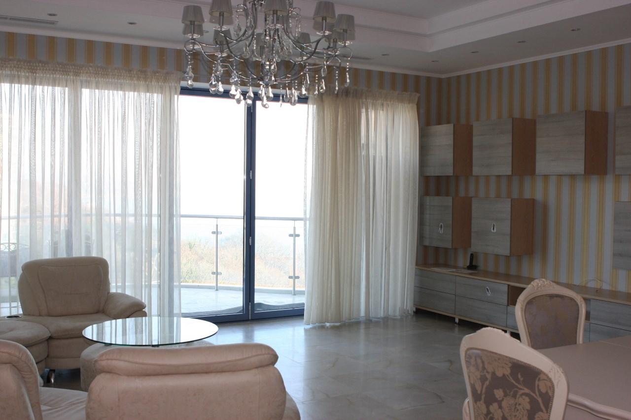 В квартире двухуровневые потолки с подцветкой