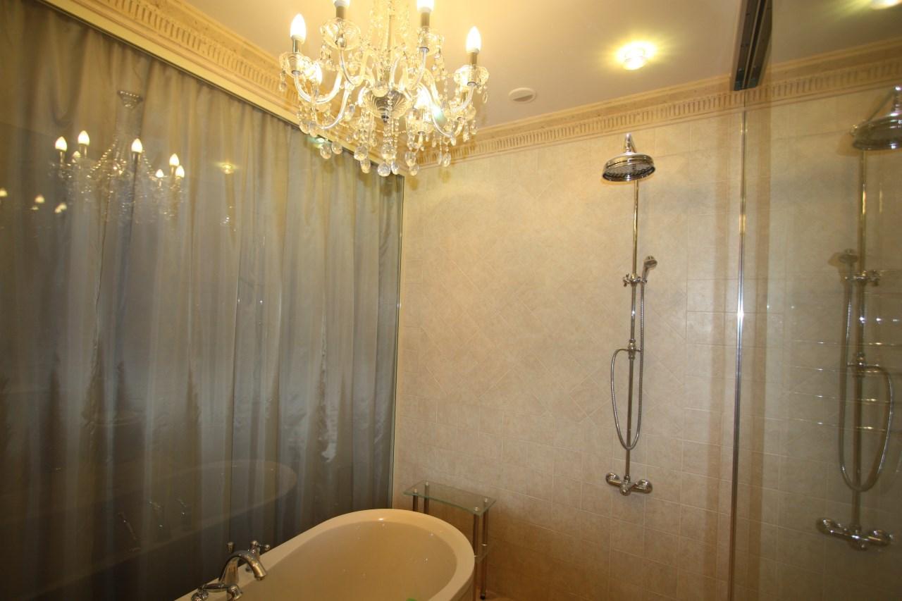 Ванная комната разграничена прозрачным стеклом