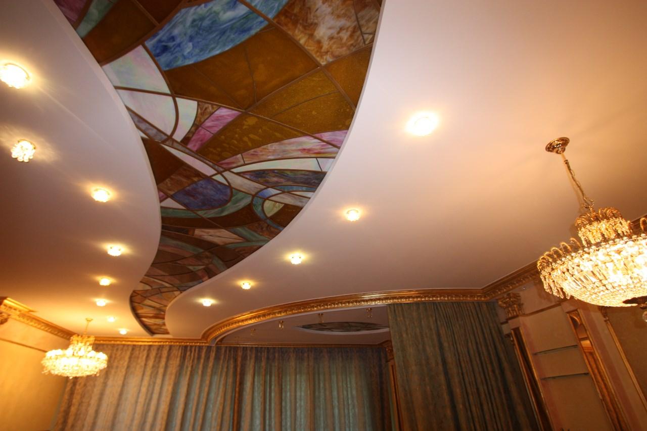Многоуровневый потолок с витражными вставками