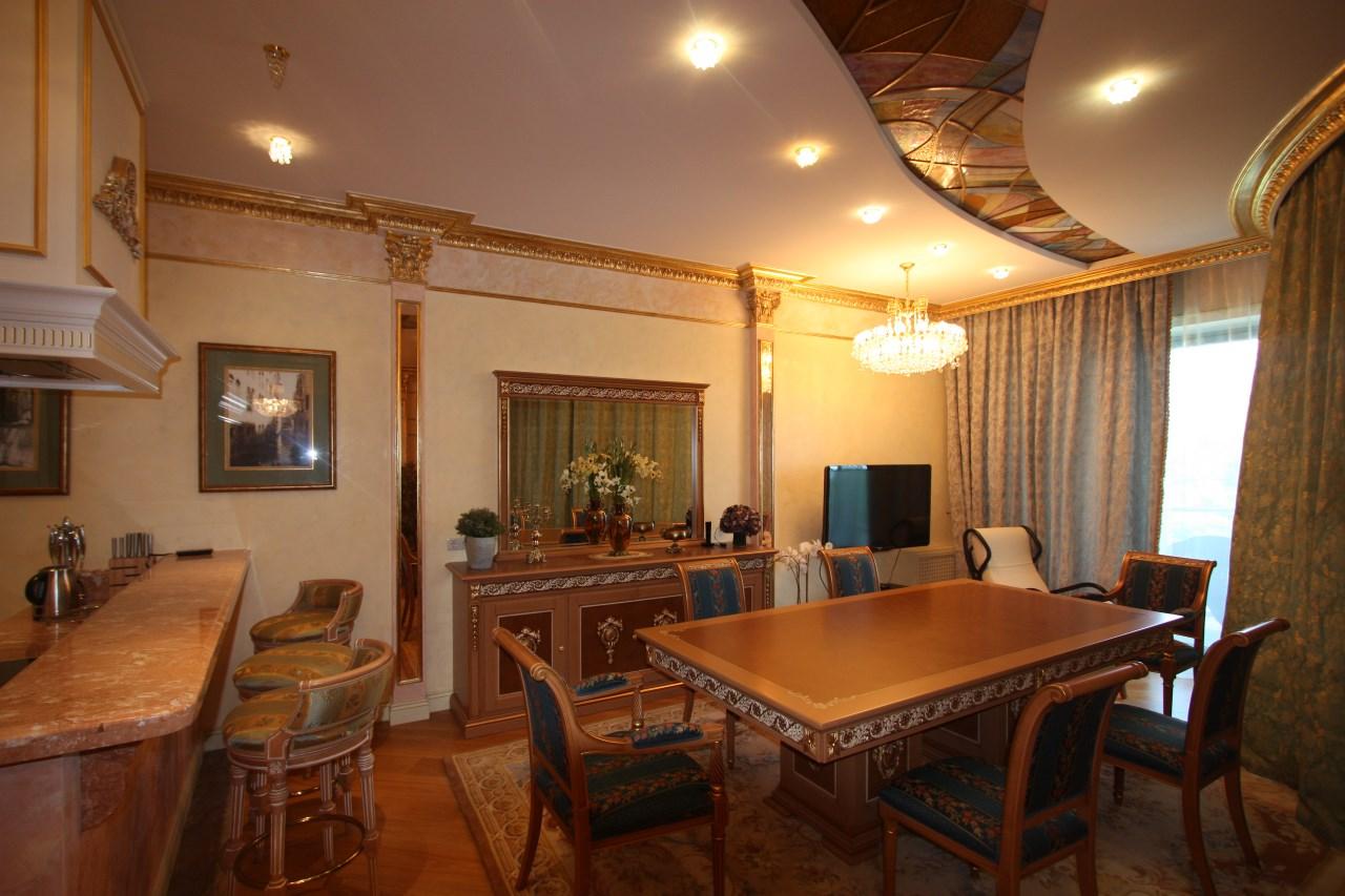 Золотые вставки натуральность мебели из массива придает гостиной индивидуальность