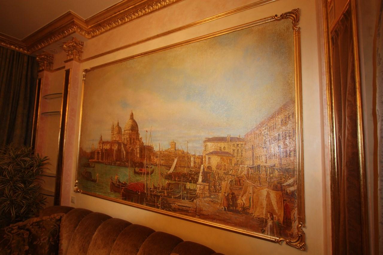 На стене художественная роспись