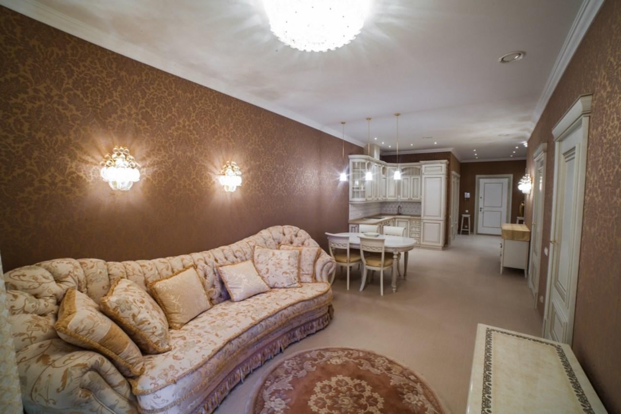 Большая кухня-гостиная с удобным диваном
