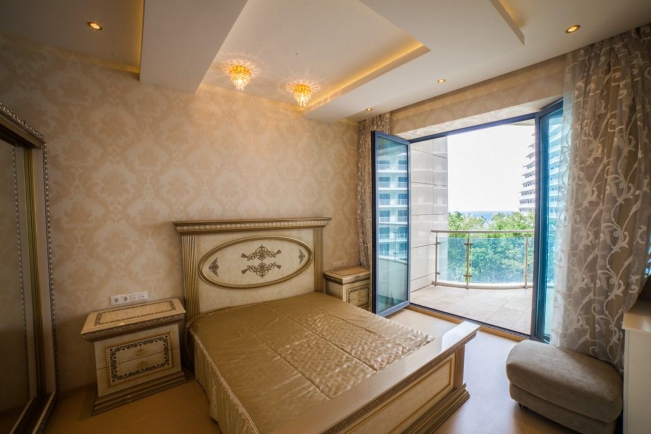 Спальня с классической кроватью и видом на море