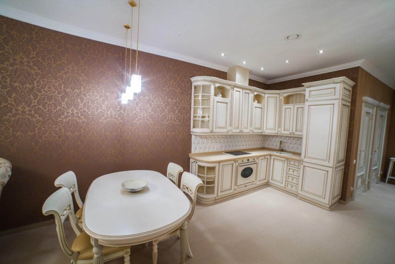 Светлая комната с просторной кухней