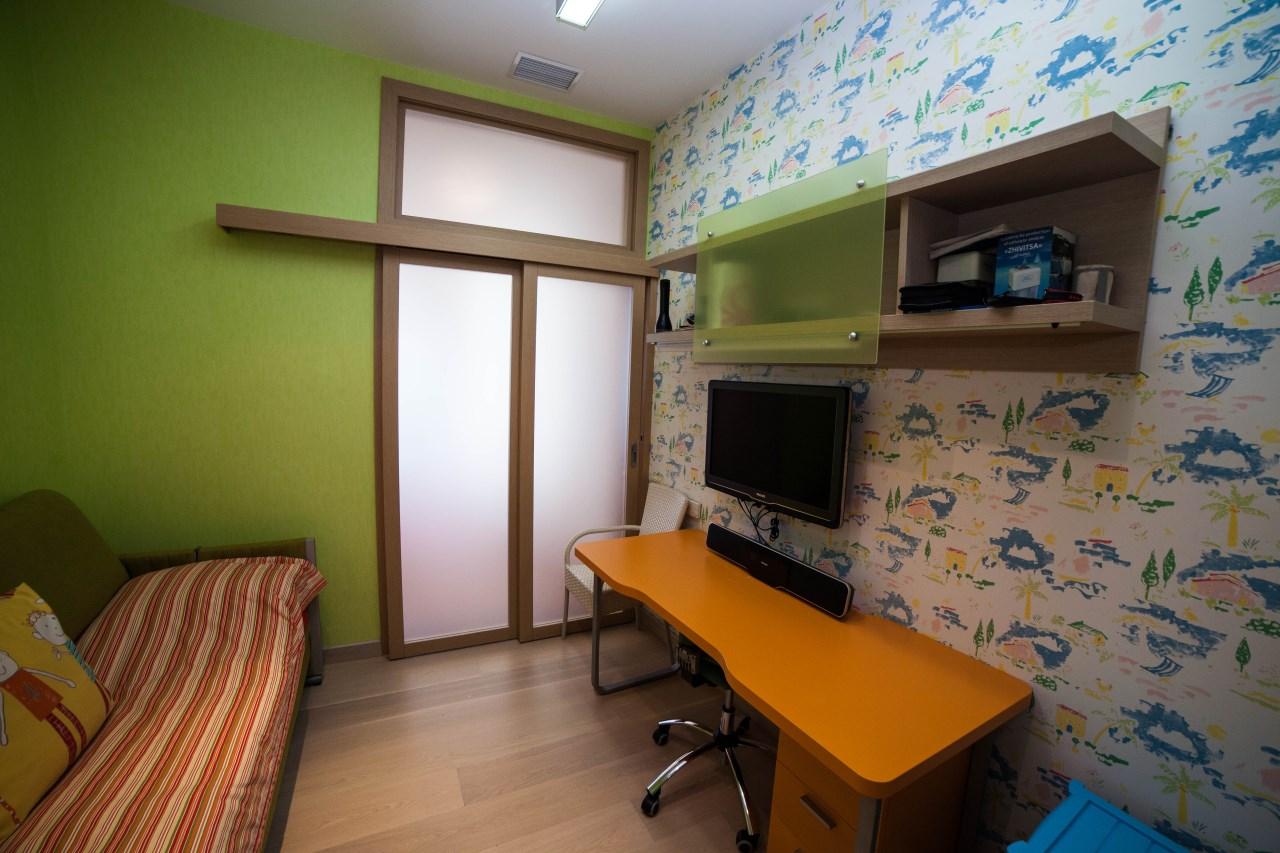Своеобразное сочетание цветов мебели идеально вписывается в комнату
