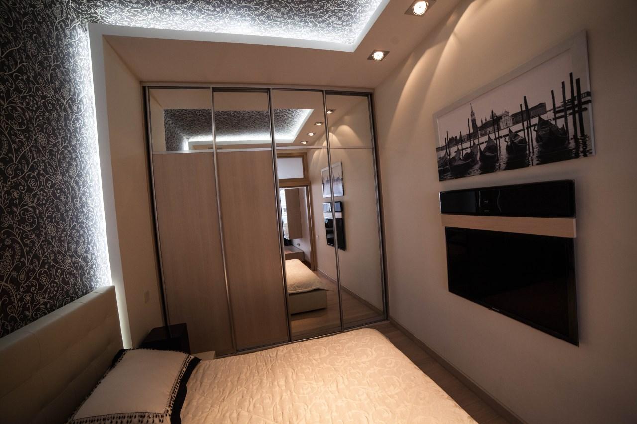 Просторная гардеробная в спальной