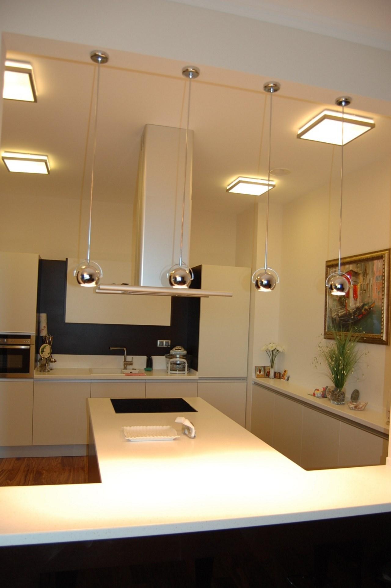Новая кухонная мебель в светлых тонах