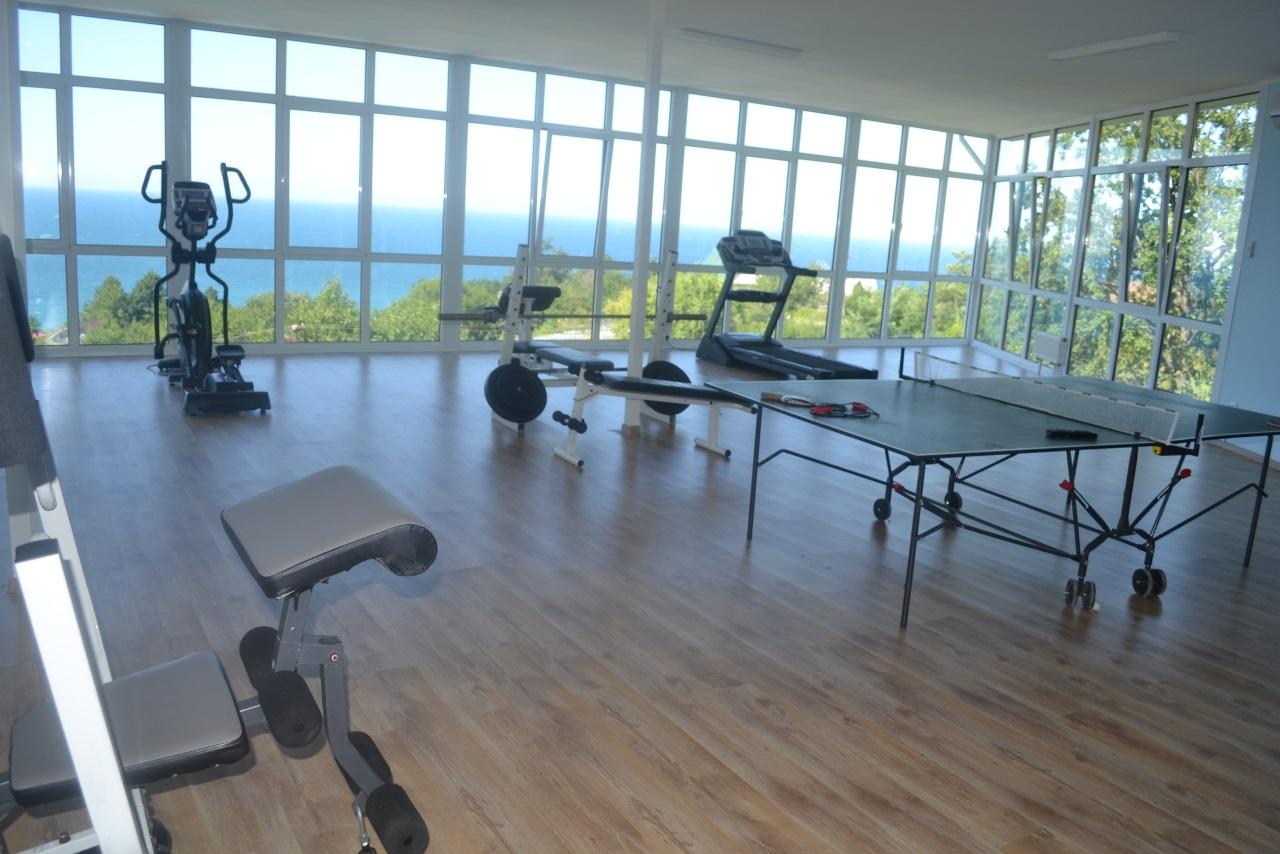 Большой спортзал с видом на море