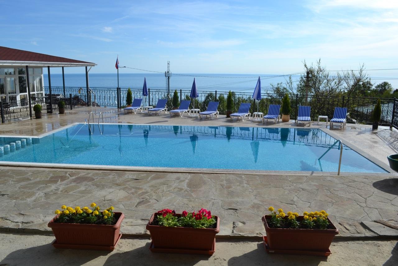 У дома бассейн с видом на море