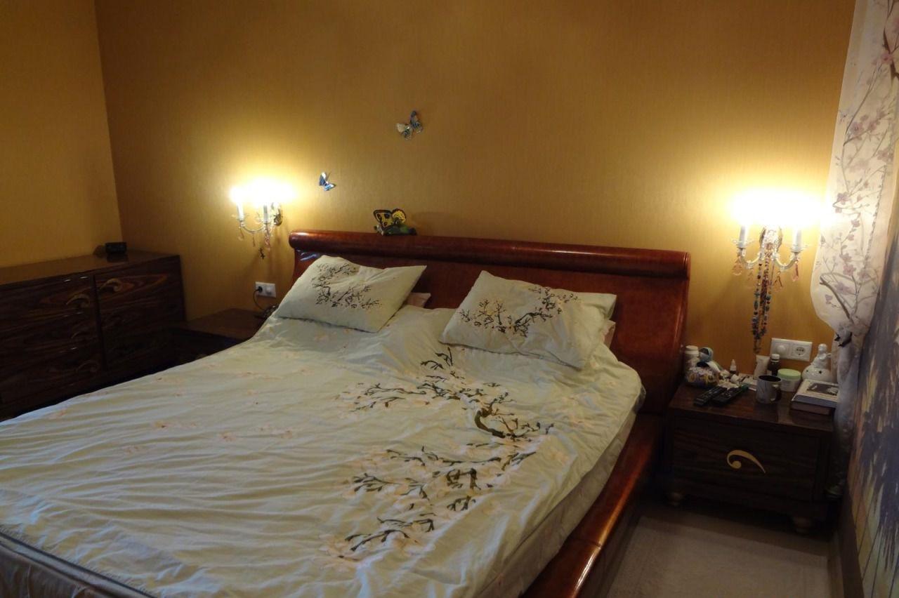 В спальной просторная двухспальная кровать