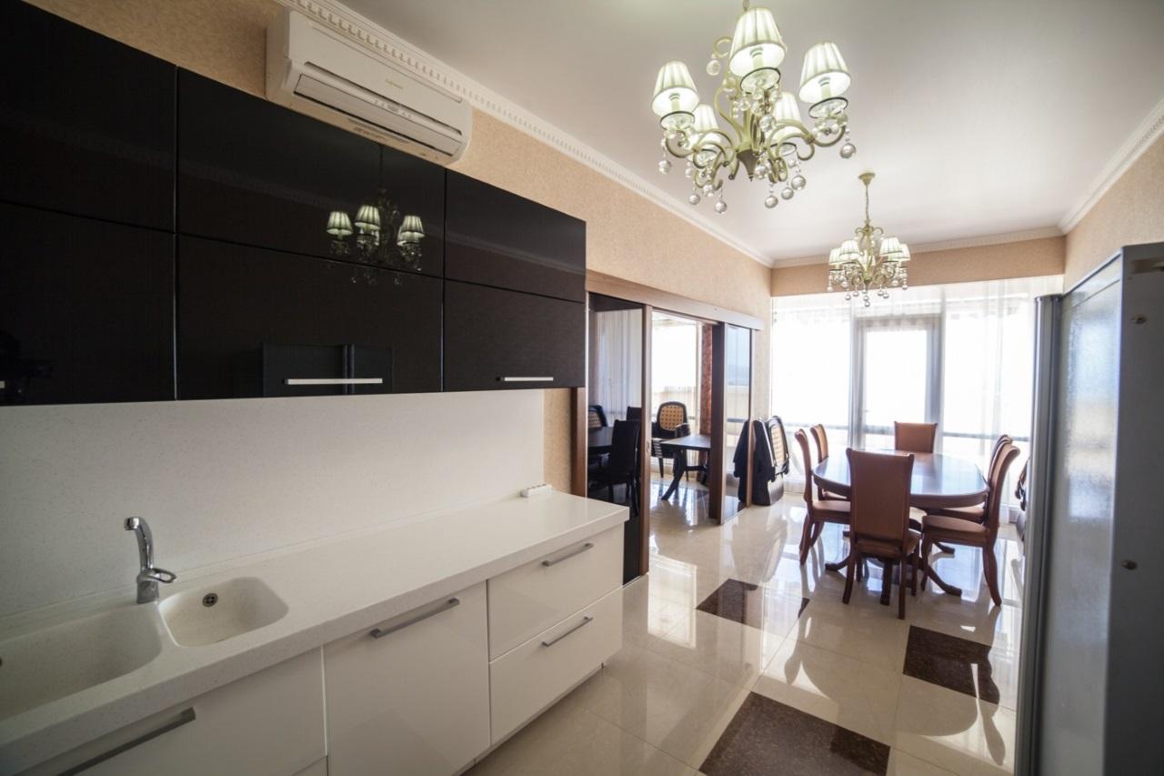 Кухонный гарнитур в бело черных тонах