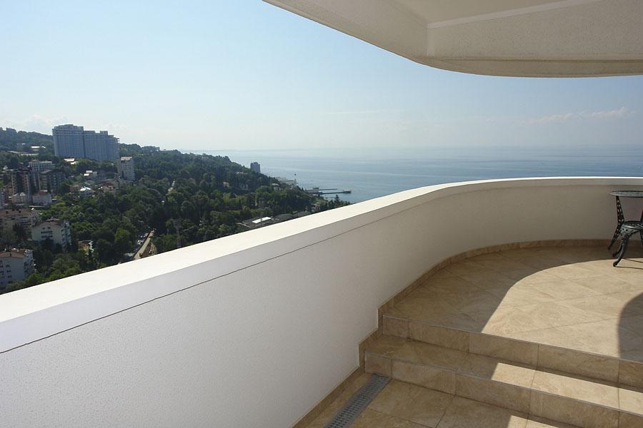 Просторный балкон с видом на море