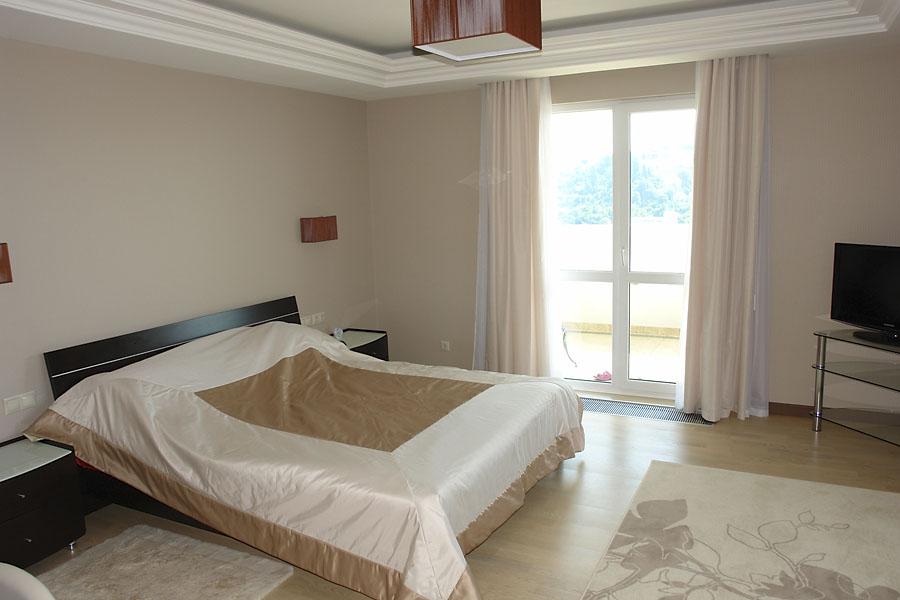 Просторная спальная с балконом