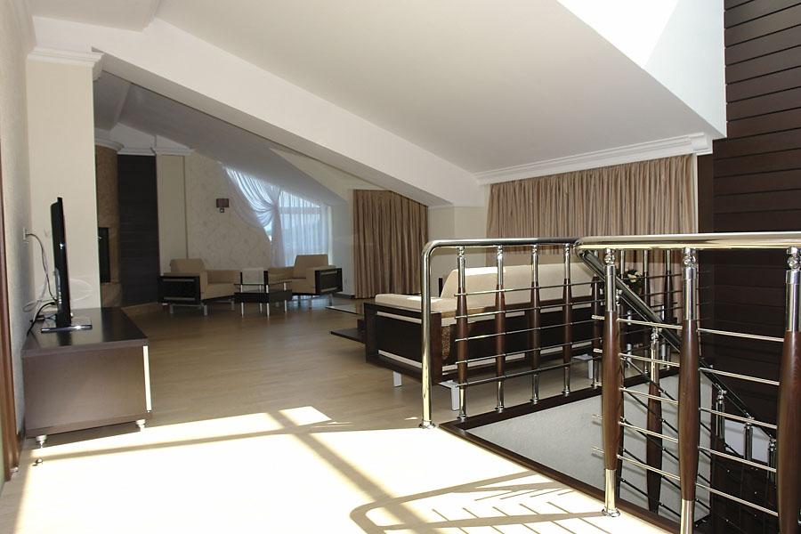 Большая комната с панорамным остеклением