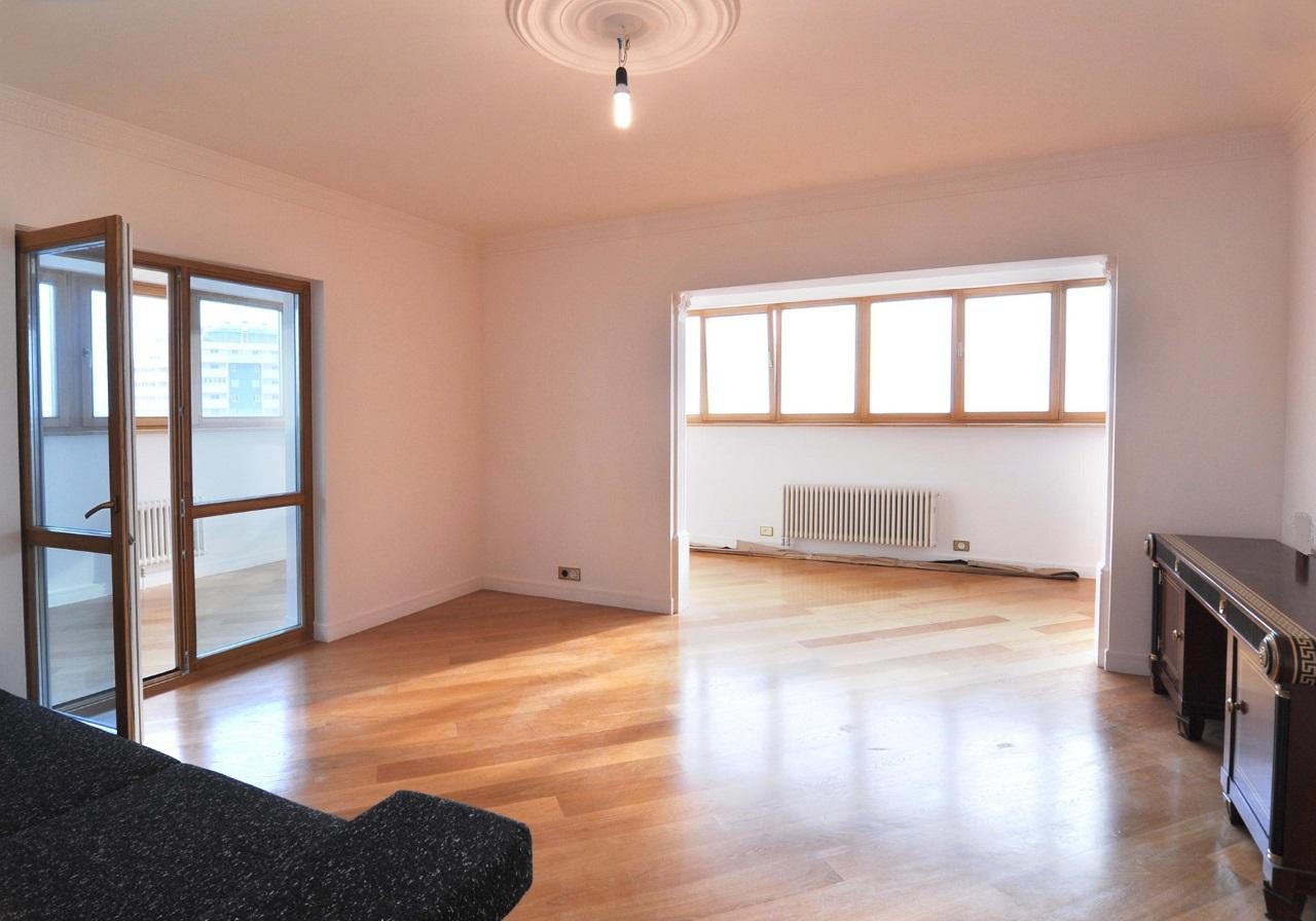 Комната с двумя балконами