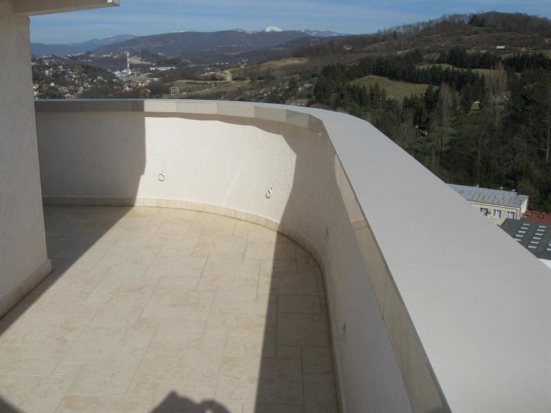 Просторный балкон с видом на горы
