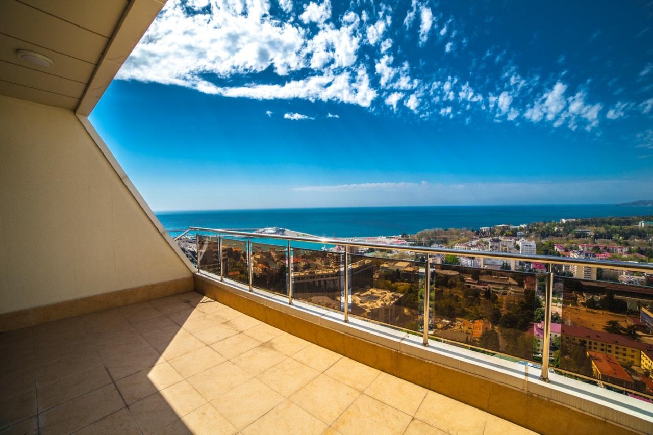 Просторная терраса с панорамой на море
