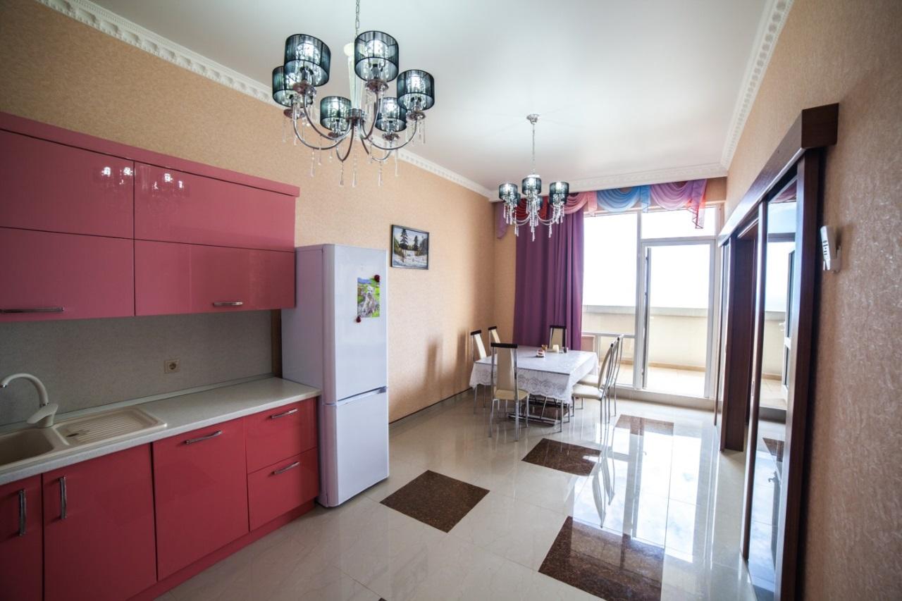 Просторная кухня гостиная с видом на море