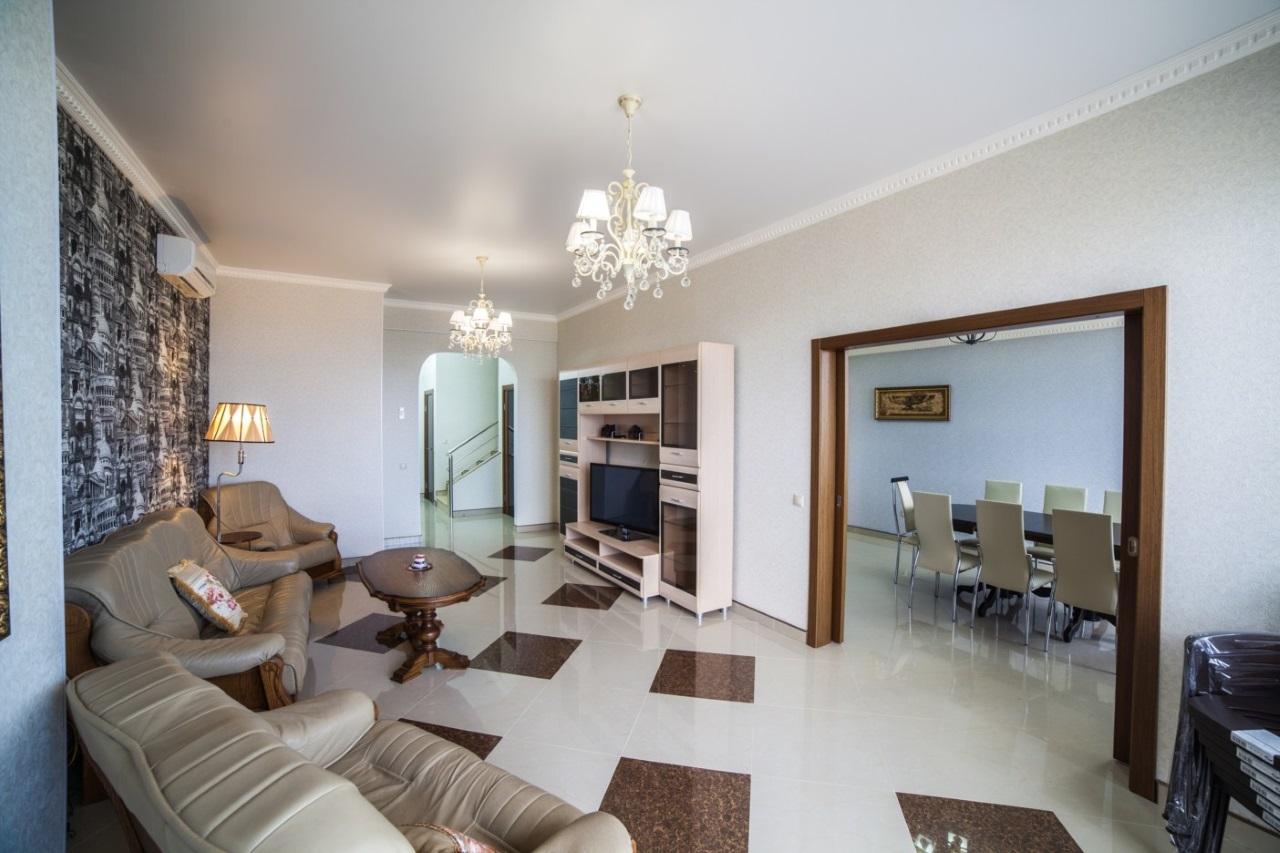 Большой зал с дорогой мебелью