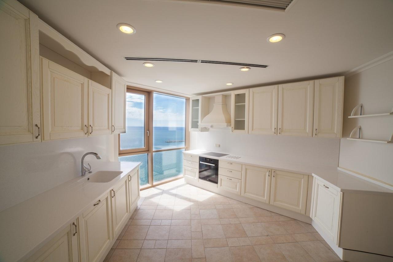 Классическая просторная кухня