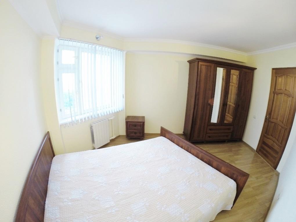 Мебель в спальне из каштана