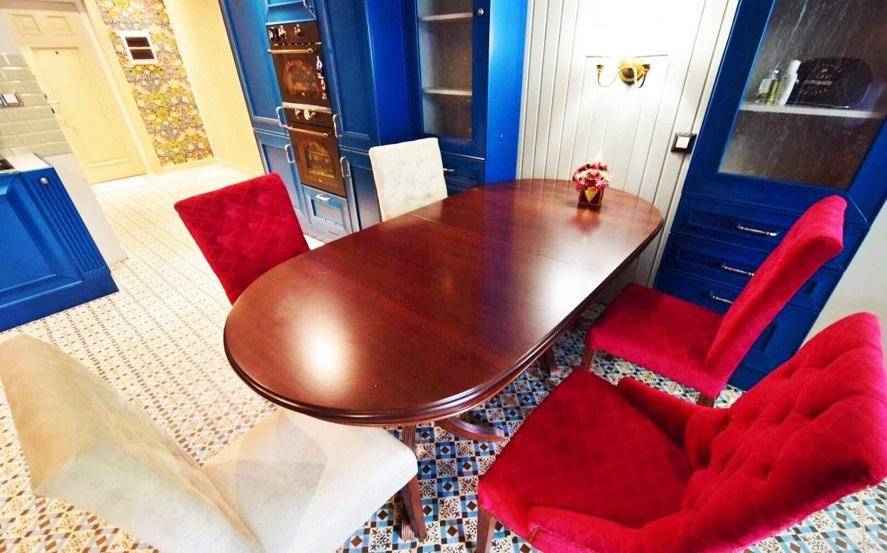 Лакированный овальный стол