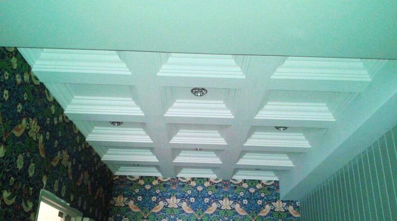 Многоуровневый дорогой потолок