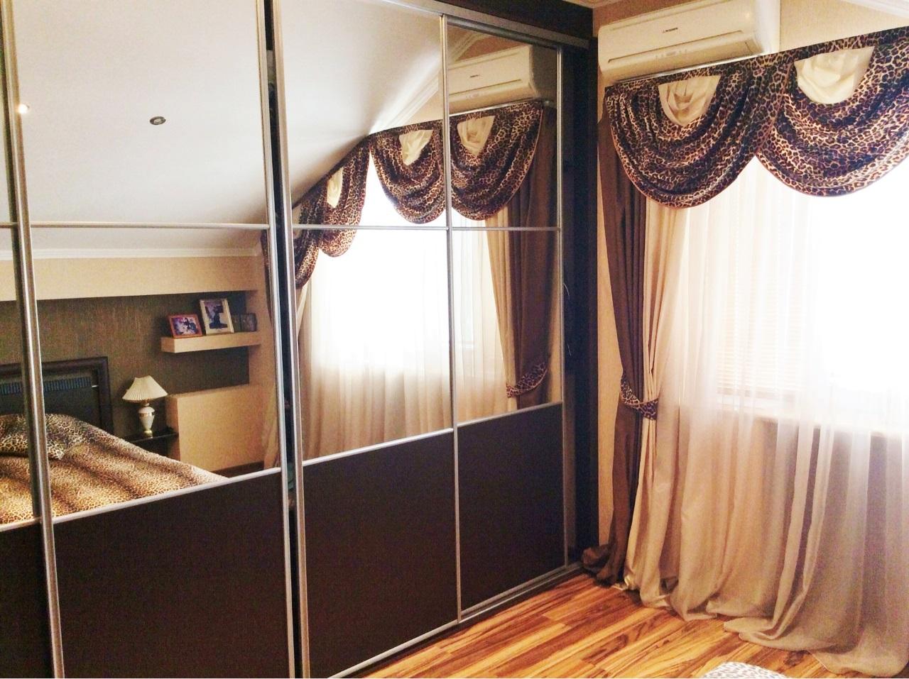 В комнате просторный шкаф-купе