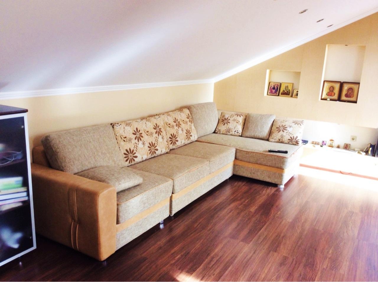 На втором уровне угловой диван