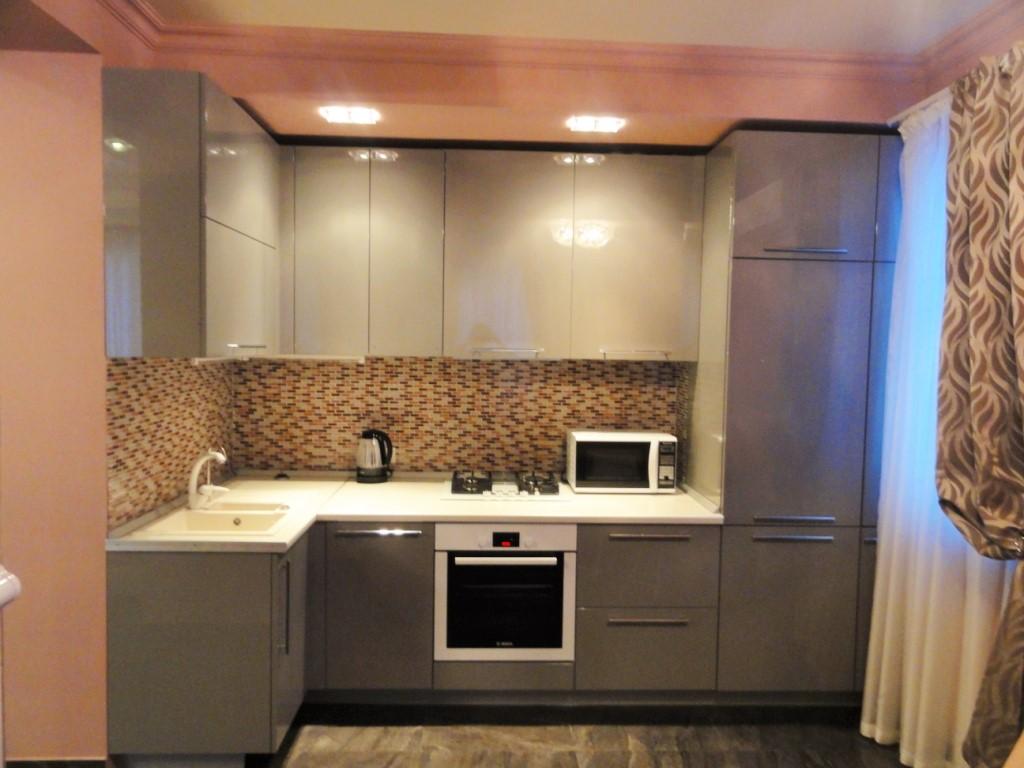 Кухня с крашенными фасадами