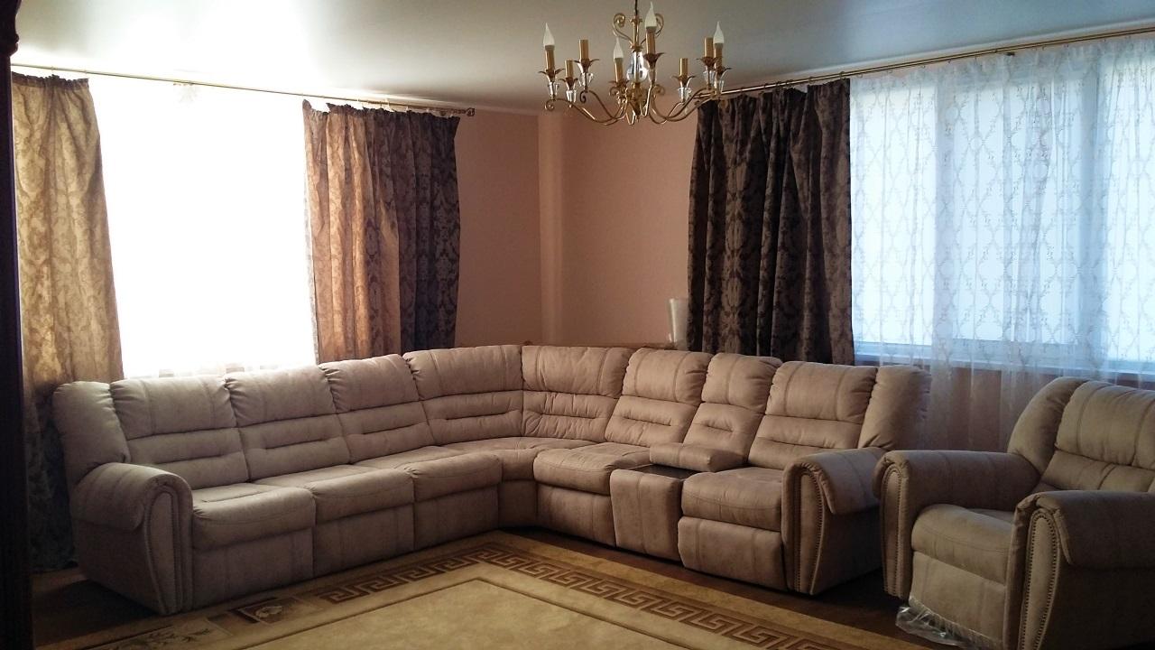 В зале угловой диван