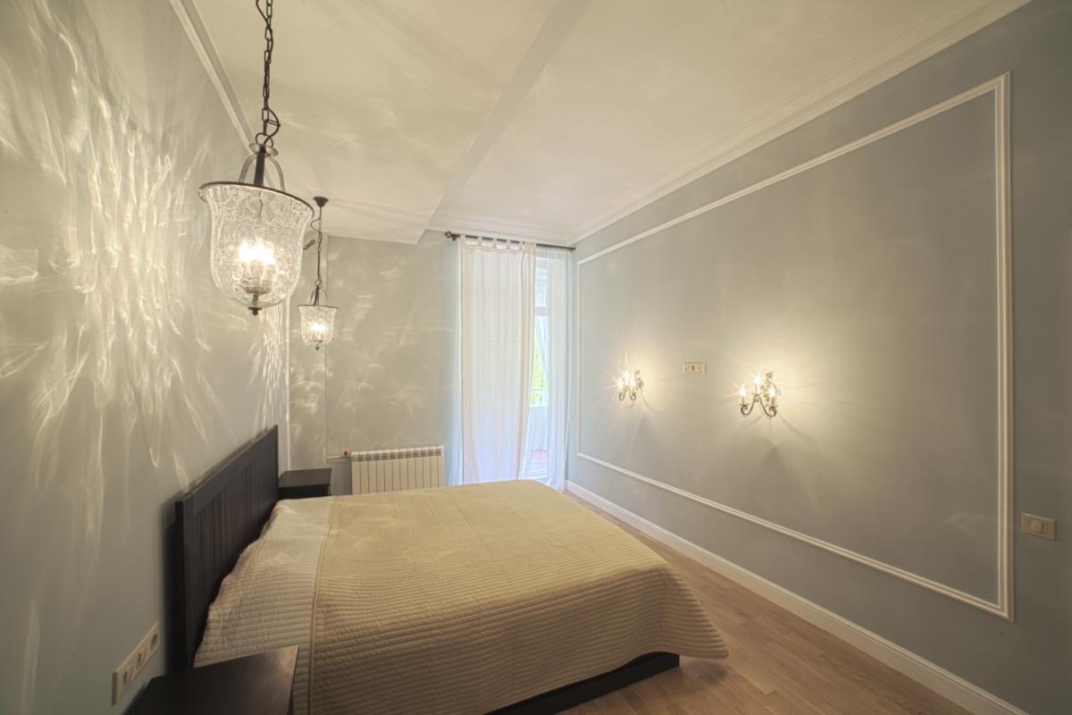 В комнате элегантные люстры