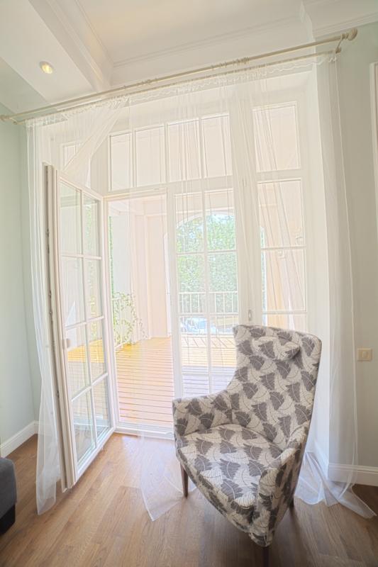 Белые витражные окна
