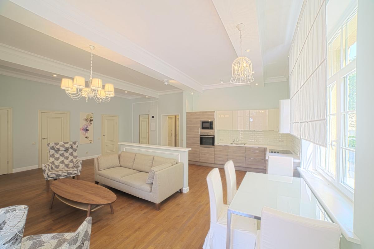 Кухня-гостиная в белых тонах