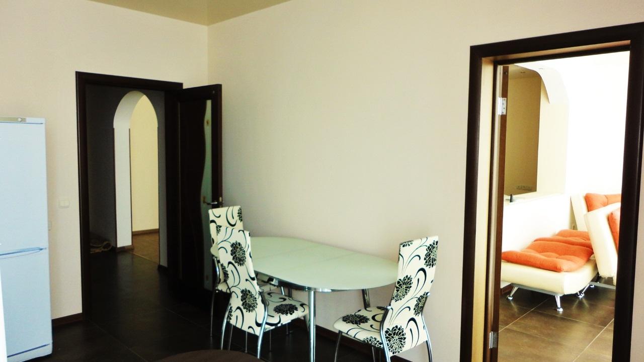 Стеклянный стол с белыми стульями