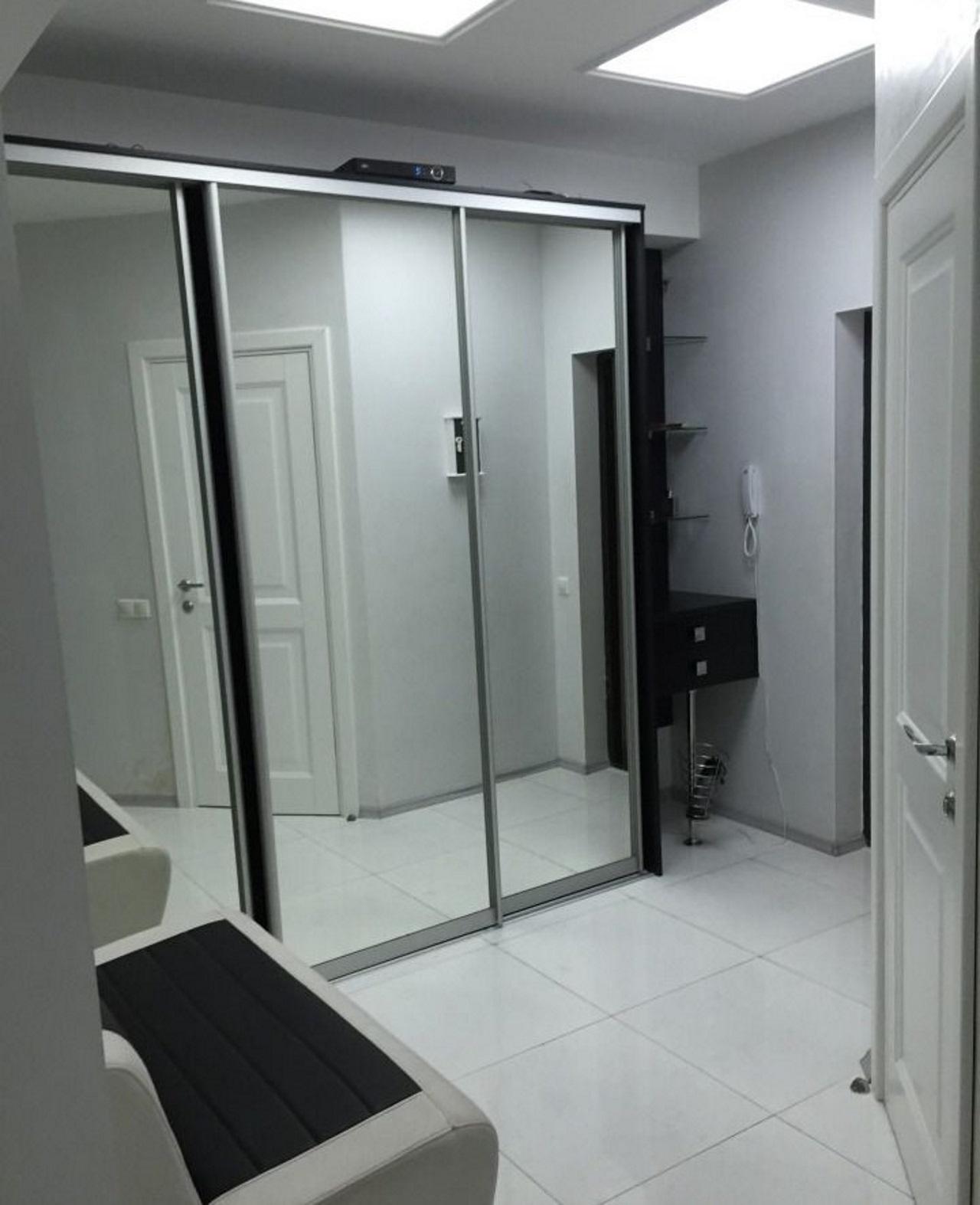 Большой зеркальный шкаф-купе