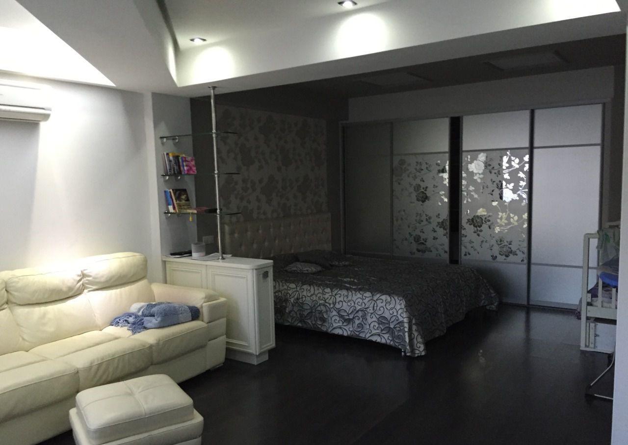 В комнате диван и кровать
