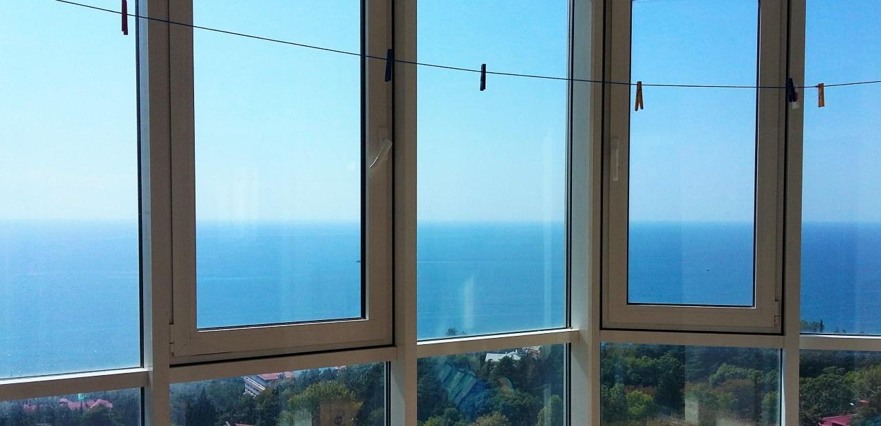 Витражные окна с видом на море