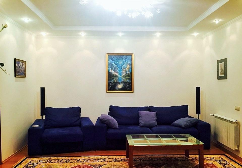 Просторная квартира с синим диваном