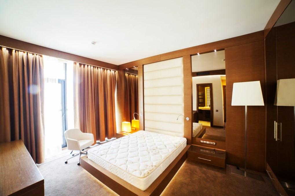 Спальня в светло-коричневых тонах