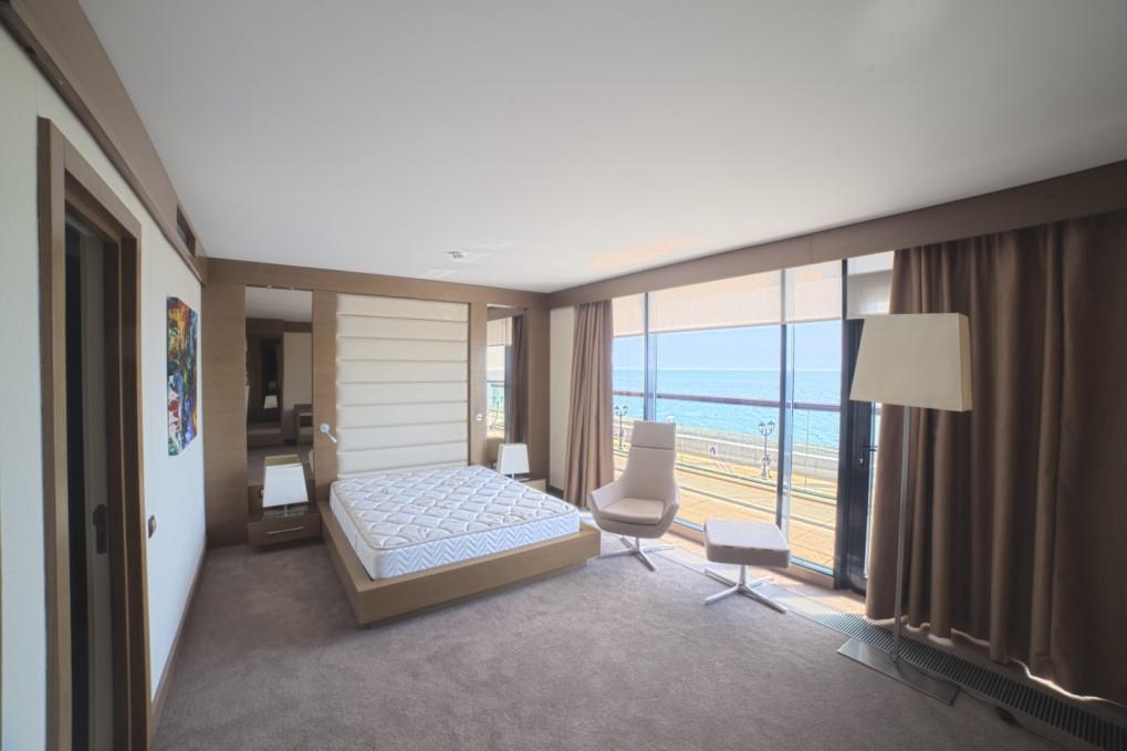 Комната с большими панорамными окнами