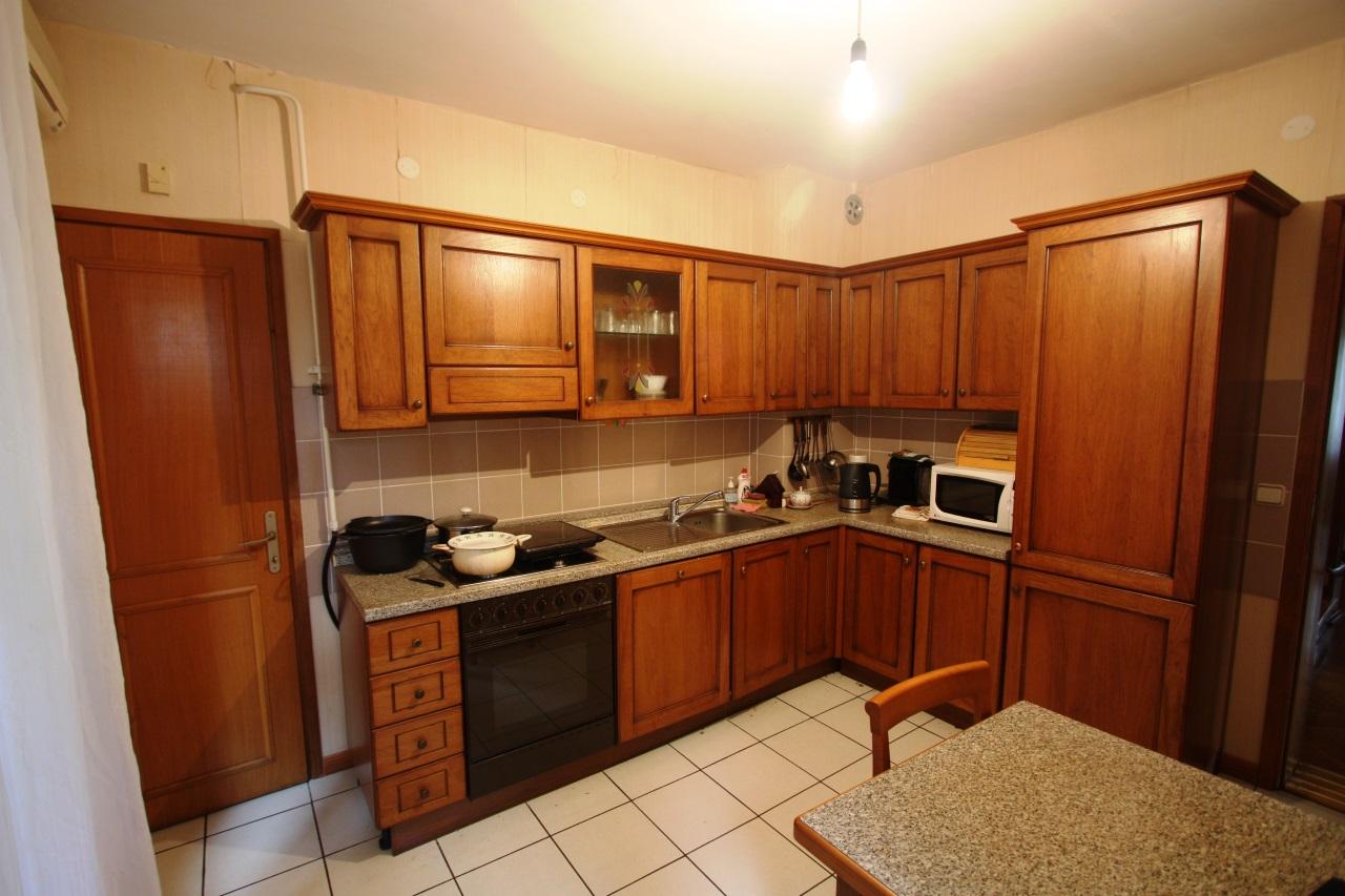 Угловая кухня из дерева