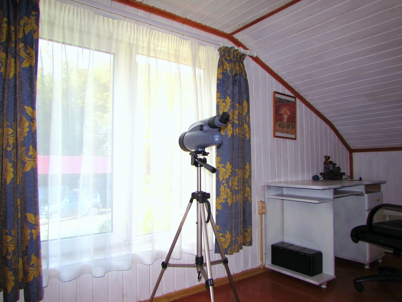 В комнате подзорная труба