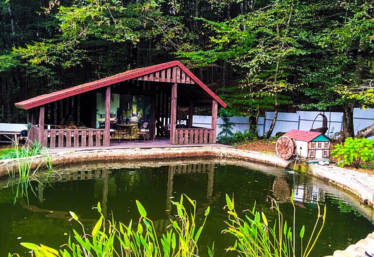 На территории дома озеро