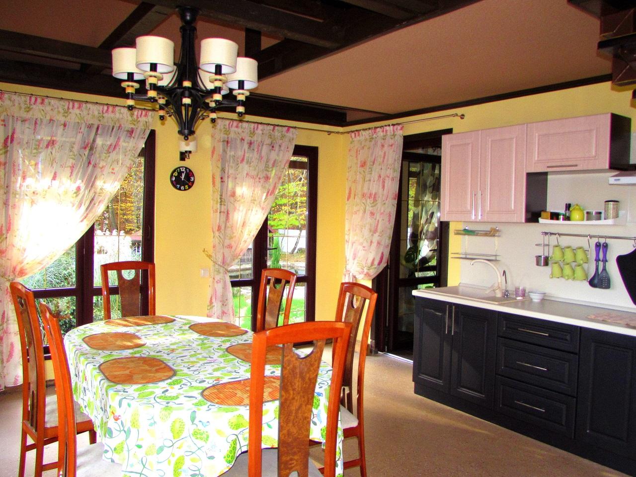 Кухня с просторной столовой