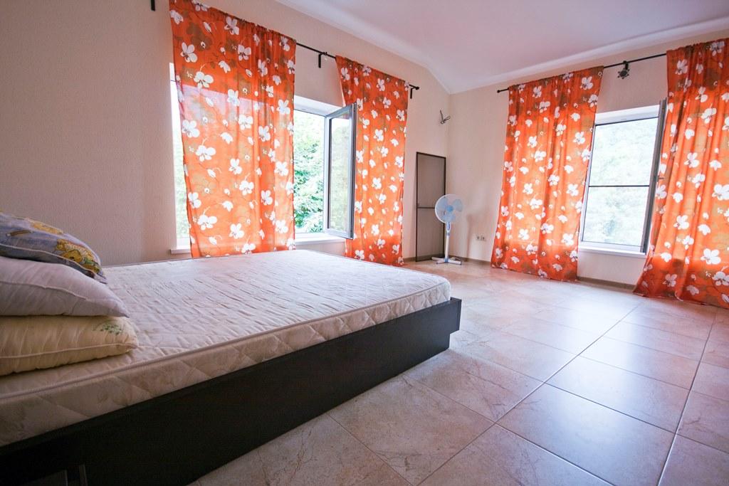 Спальная с двумя большими окнами
