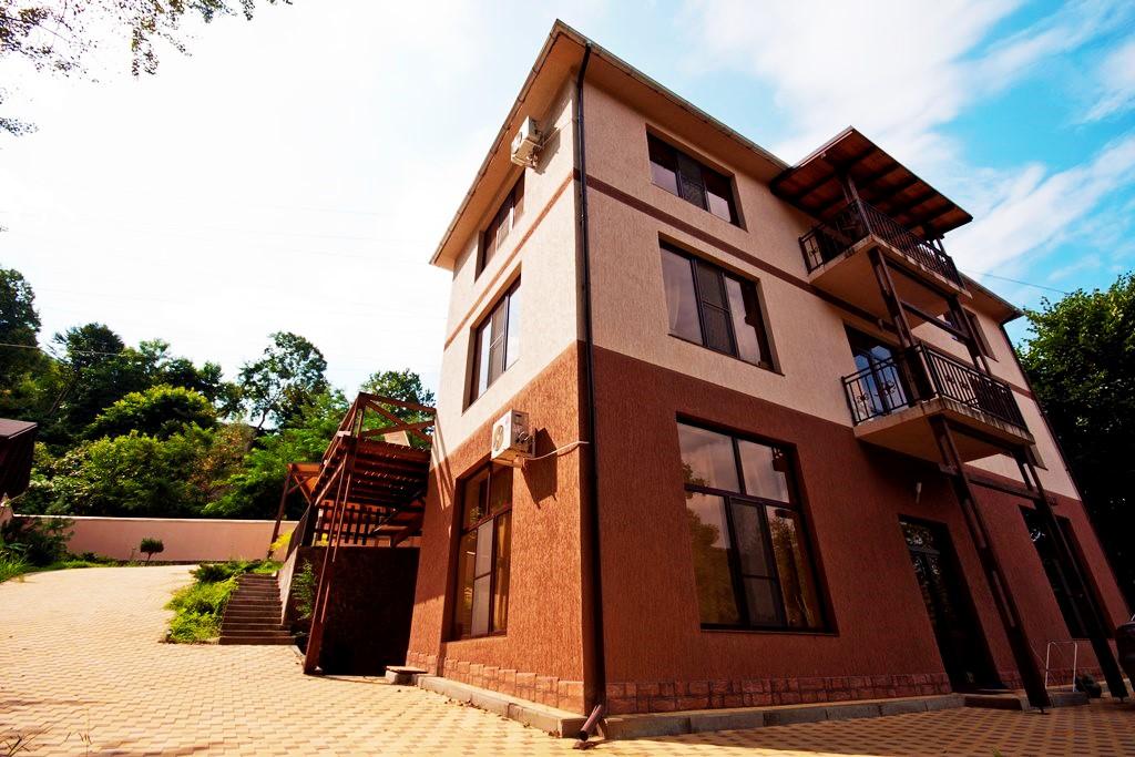 В доме два балкона